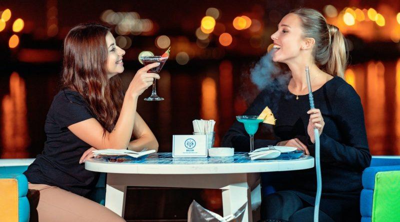 femmes avec pipe à eau